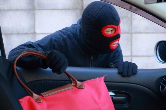 カバンを盗む車上荒らしの犯人