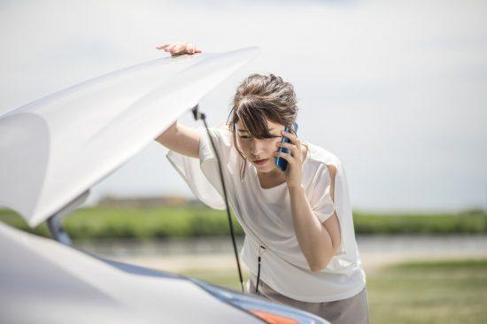 ロードサービスに電話する女性