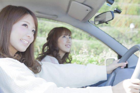 車を運転している女性