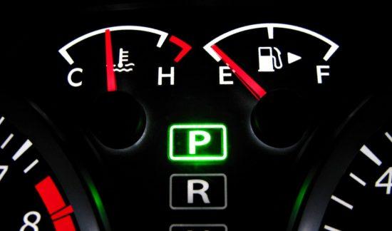 ガス欠を示す車のメーター