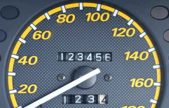 自動車保険、走行距離は保険料に影響ある?オーバーした場合・虚偽申告した場合など網羅的に解説!