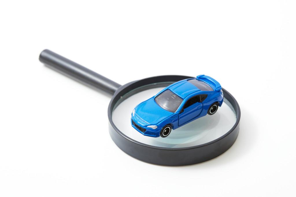 車と虫眼鏡