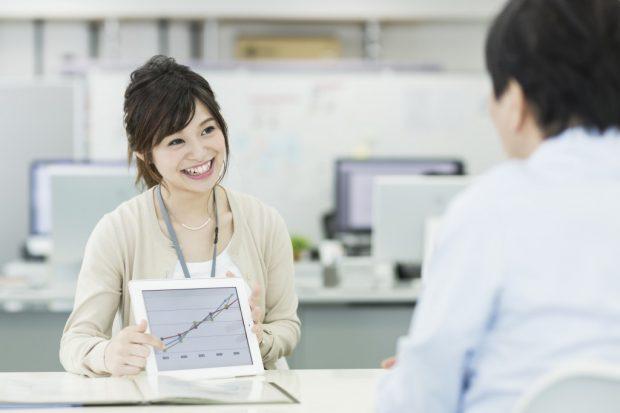 タブレットで変動金利の推移をチェックする女性
