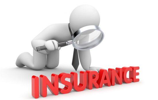 事故を調査している保険会社の社員