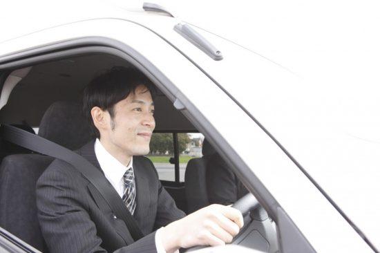 車通勤をする男性