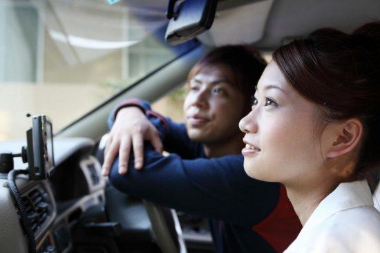 10代のドライブをする男女
