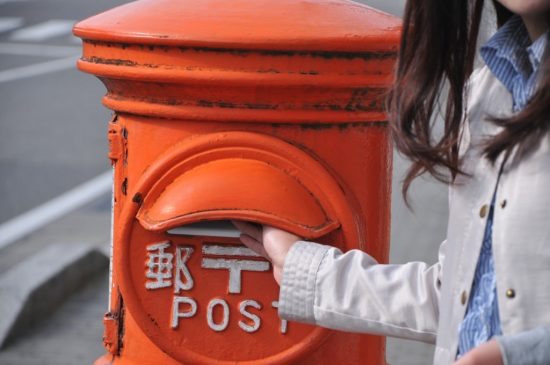 郵便ポストを利用する女性