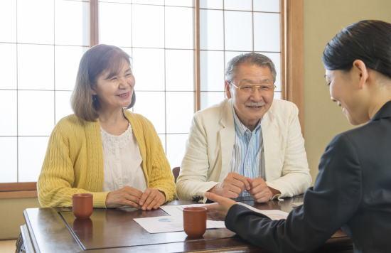 示談交渉に関する説明を受ける夫婦