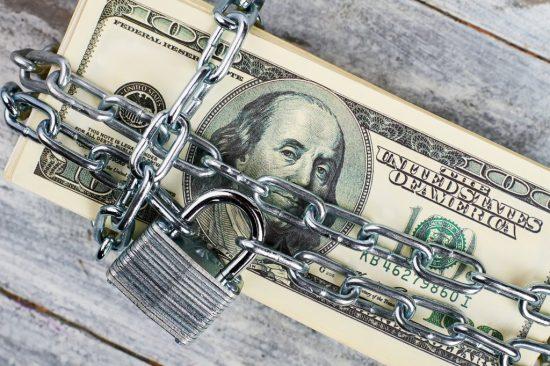 錠を掛けられたお金