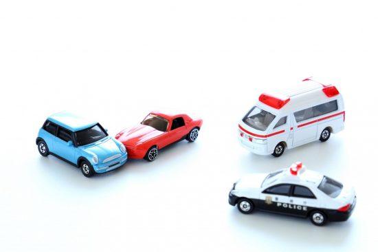事故車両と救急車とパトカー