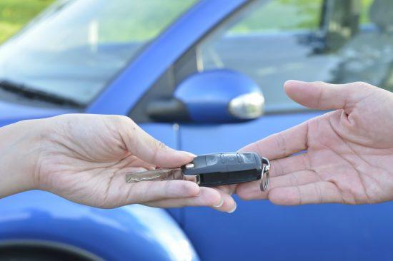 車のキーを受け取る