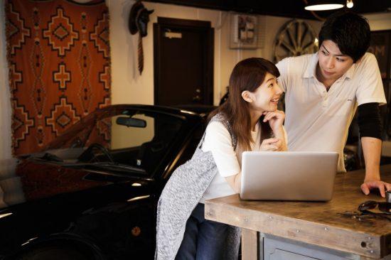 自動車保険の事をPCで考える夫婦