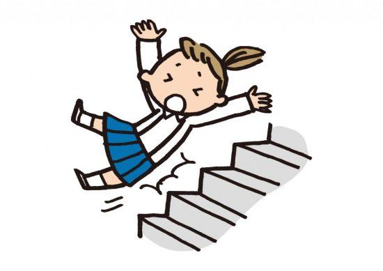 階段から落ちる学生