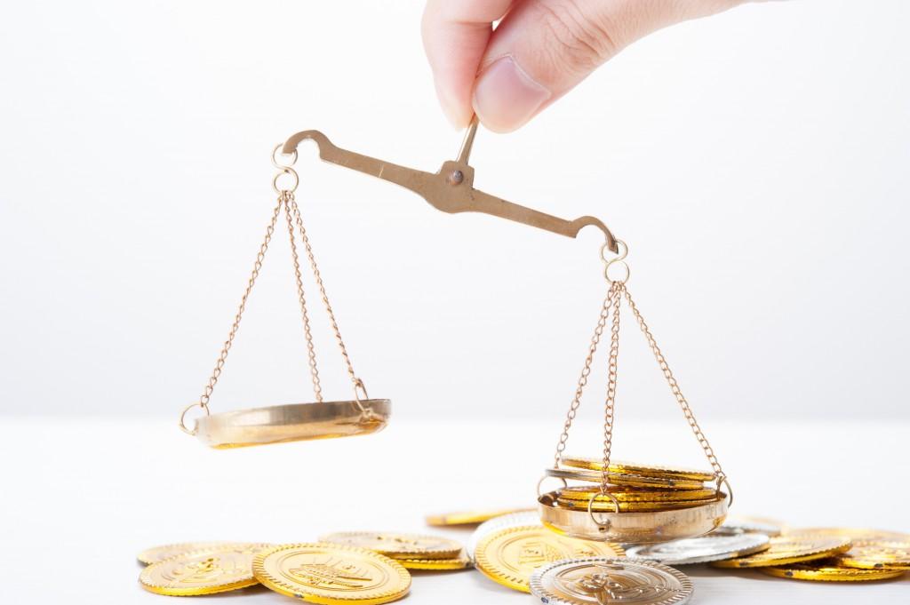 お金を天秤で比較
