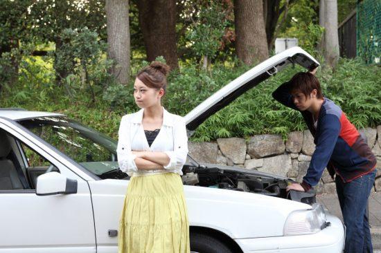ドライブ中に車のトラブルに遭うカップル