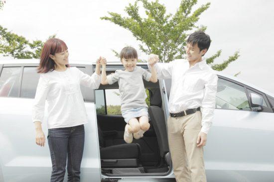 車から降りる家族