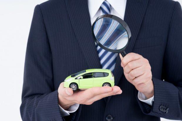 車を査定する男性