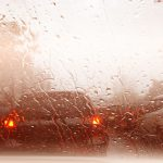 曇った車のフロントガラス