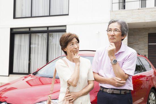 駐車場で考える夫婦