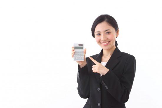 電卓を指さす女性