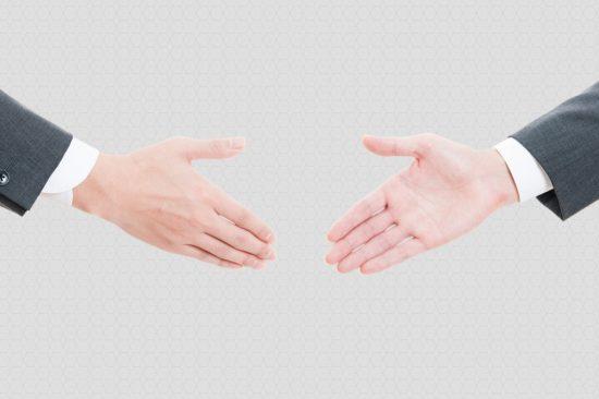示談交渉で握手する2人