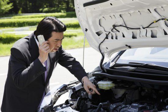 ロードサービスに電話している男性