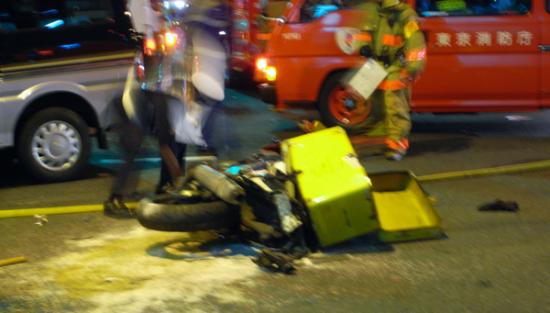 事故で転倒したバイク