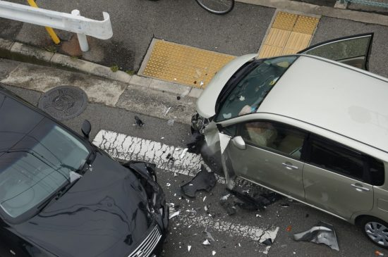 交通事故を起こして壊れた2台の車