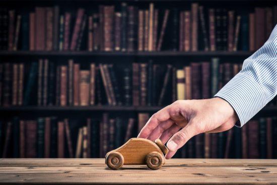 積木の車と手