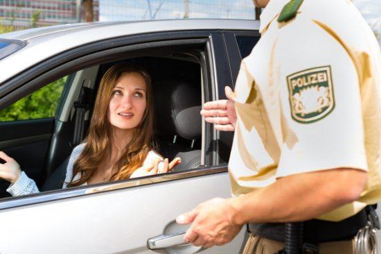 交通違反で取締りを受ける女性