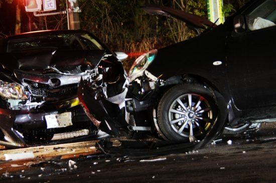 激しい車の事故
