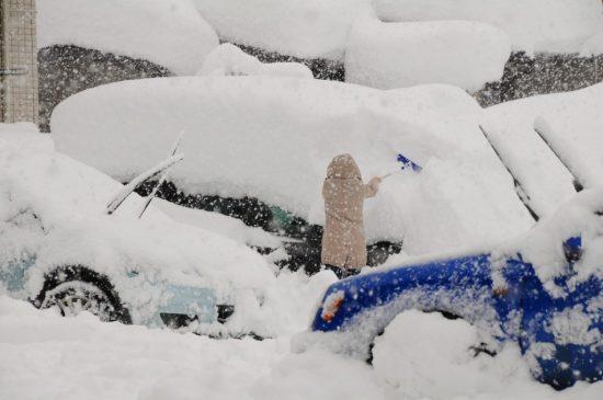大雪で埋もれた車