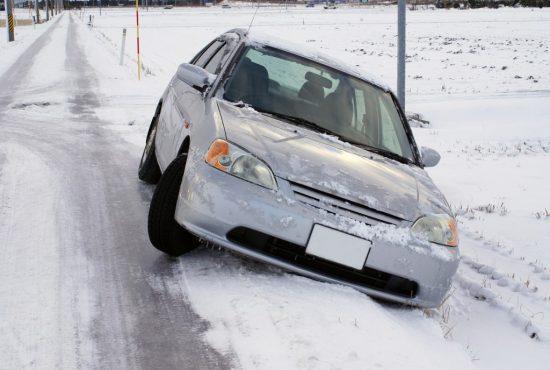 雪道で脱輪した車