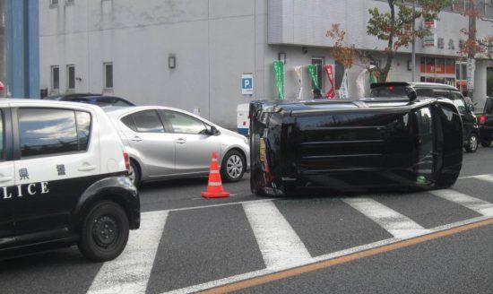 事故で横転し自力走行不能になった車