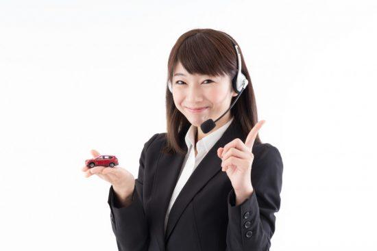 自動車保険のポイントを伝える女性