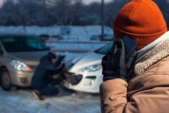 事故現場から保険会社へ連絡する男性