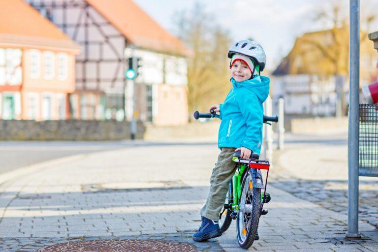 自転車によりかかる子供