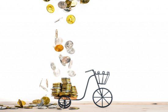 お金をこぼす自転車