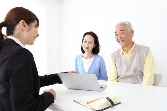 保険の契約風景