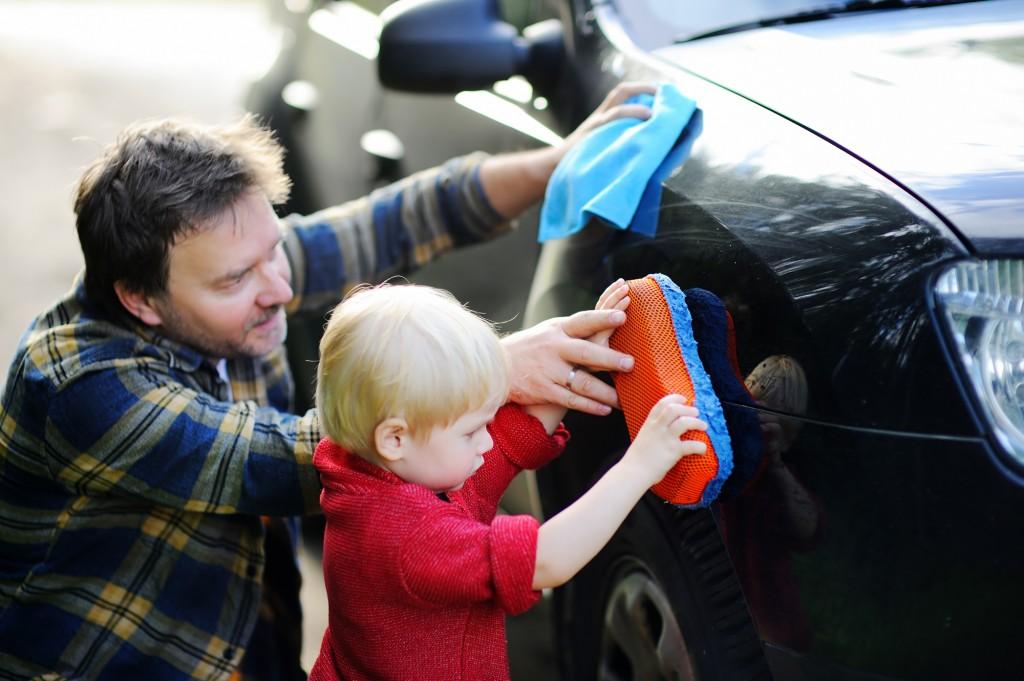 自動車を洗う親子