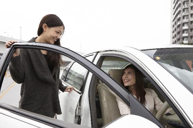 友人から車を借りる時・友人に車を貸す時の自動車保険やその他の問題