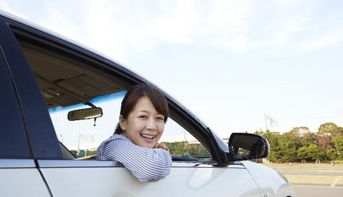 新車に乗っている女性