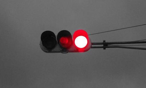 過失割合0対100!?赤信号無視と決めつけてかかってくる損保会社